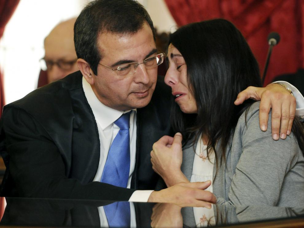 ?Raquel Gago es consolada por su abogado tras ser declarada culpable.