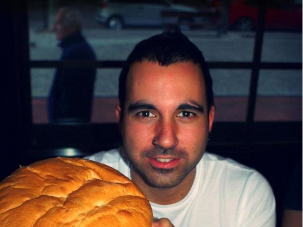 Un valiente posa con la hamburguesa del Veltins... ¿logró acabarla?