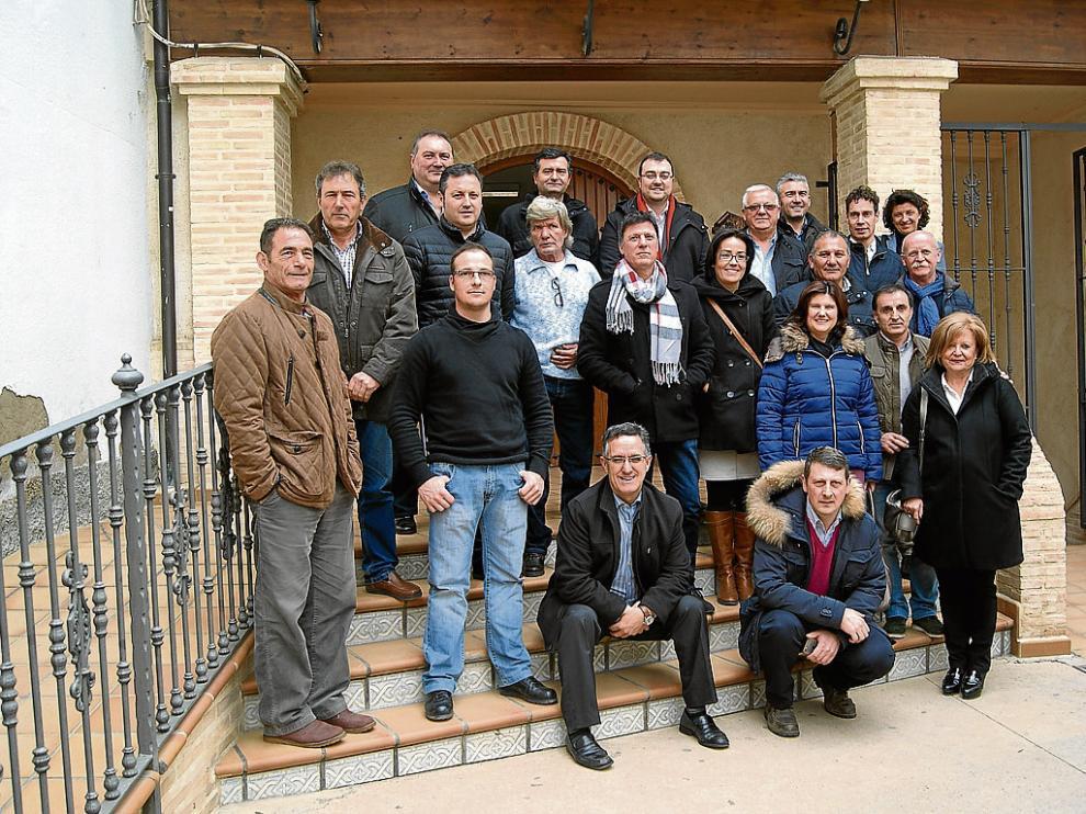 Alcaldes de Aragón, Asturias y Castilla y León, ayer en el Ayuntamiento de Ariño, tras la reunión.