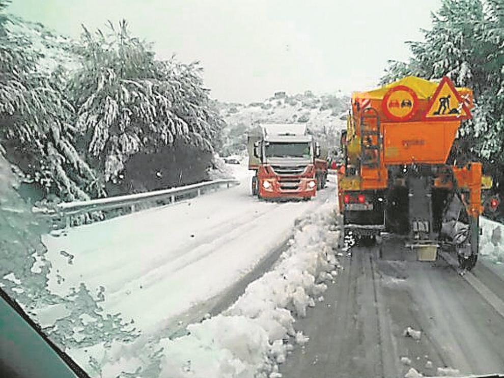 Una quitanieves limpiaba ayer por la mañana la carretera A-129 a la altura de Alcubierre y Leciñena.