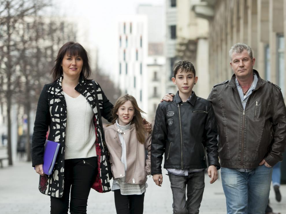 Adrián, afectado por Atrofia Muscular Espinal, con sus padres y su hermana.
