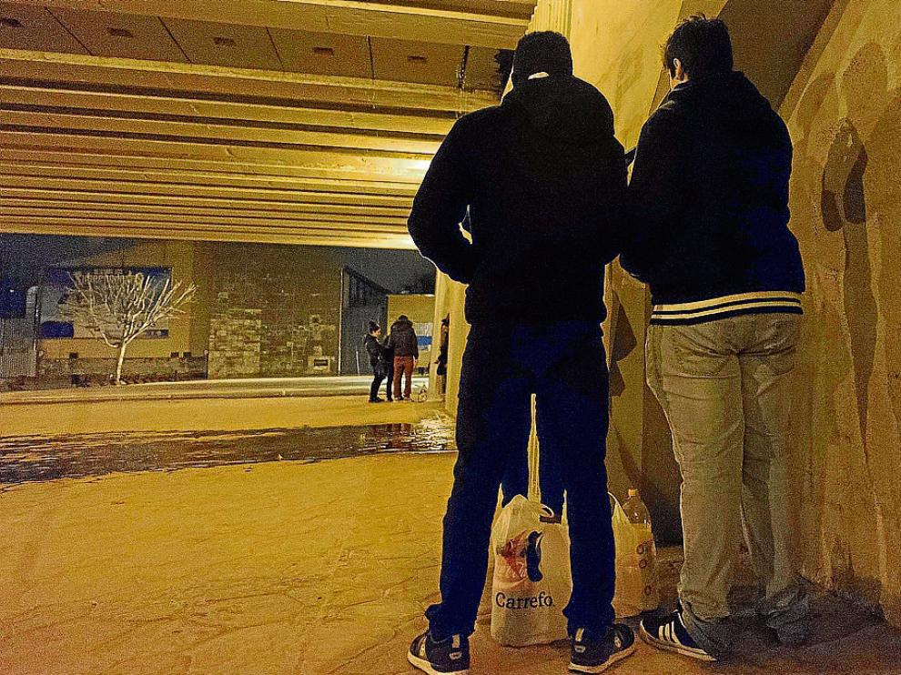 Foto de archivo de varios jóvenes beben alcohol debajo del puente de Santiago.