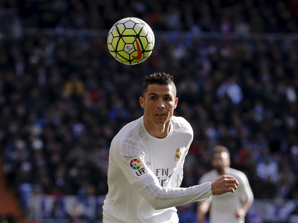 Cristiano Ronaldo mira el balón durante el partido contra el Atlético