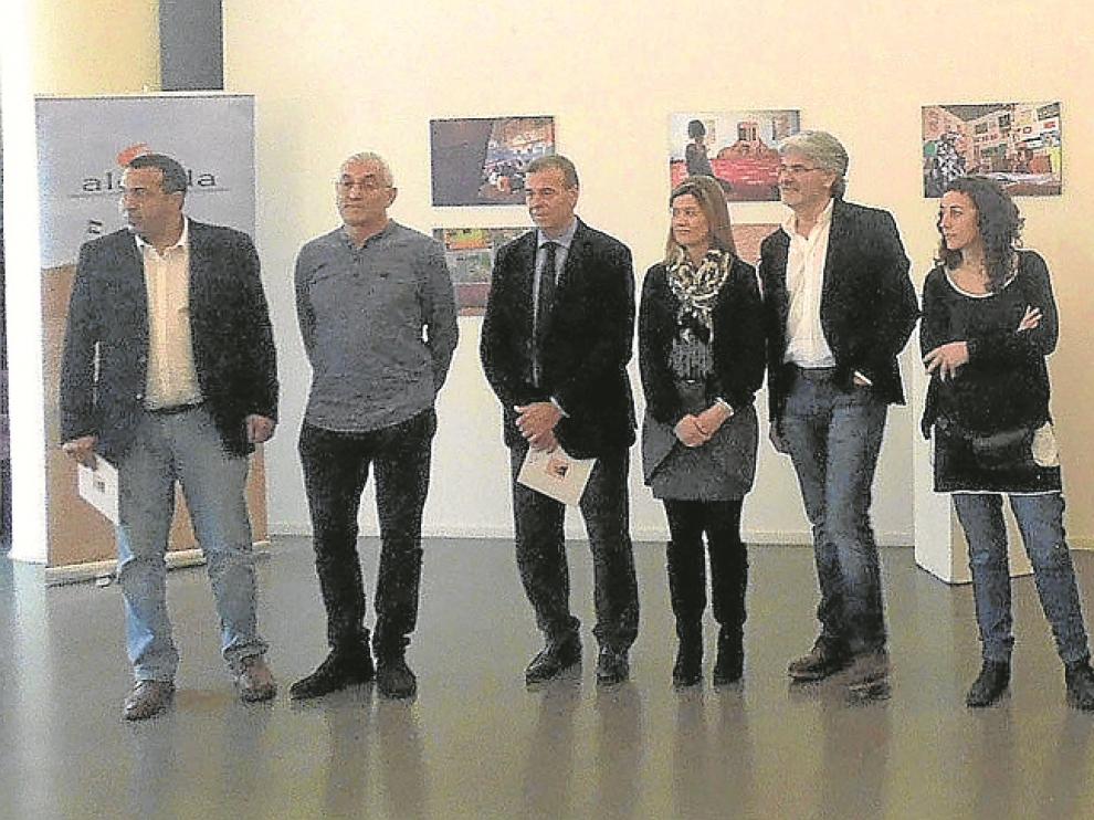 Darbal, Laliena, Cosculluela, Blanes, Rodríguez, Naval y Sánchez ante una pequeña representación de la exposición fotográfica.
