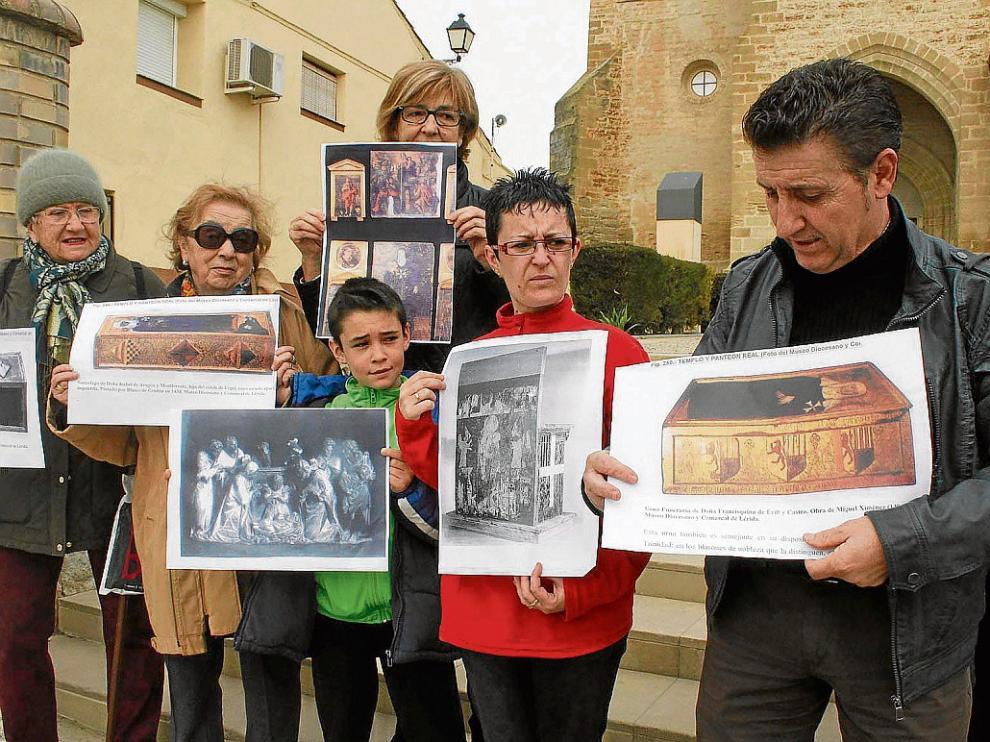 El alcalde de Sijena y unos vecinos muestran fotos de las otras 44 piezas que deben volver.