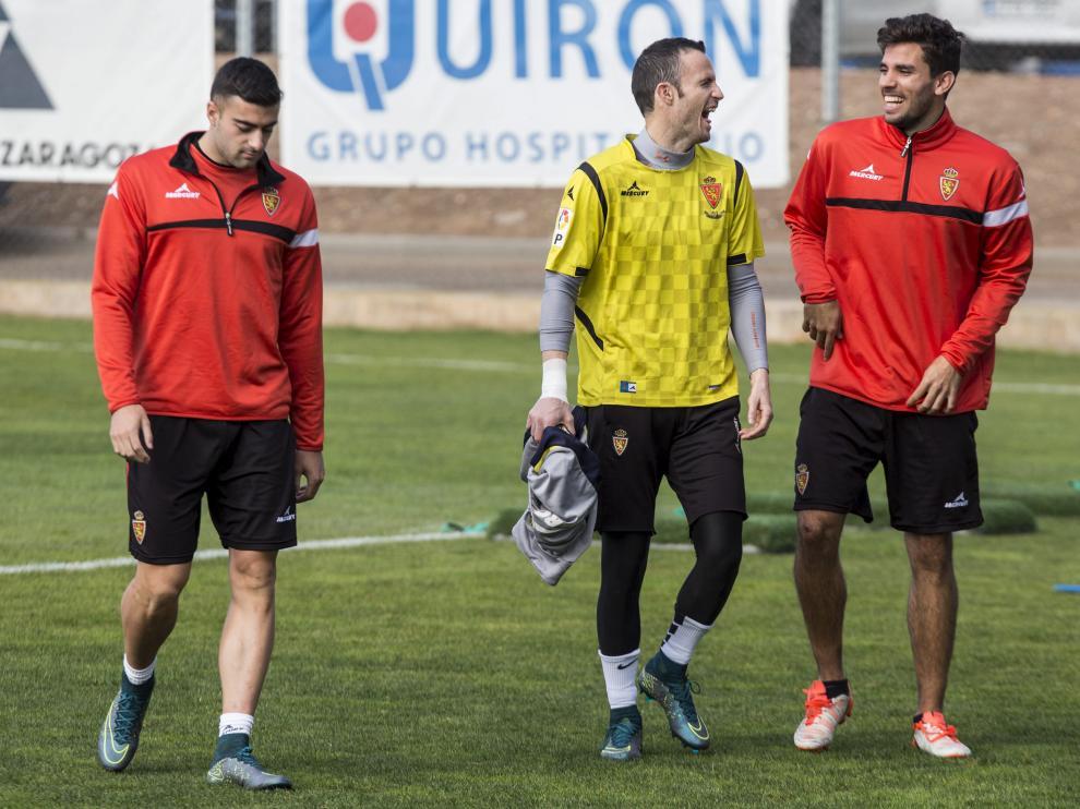 Rico, junto a unos risueños Manu Herrera y Cabrera, en un entrenamiento del Real Zaragoza en la Ciudad Deportiva.