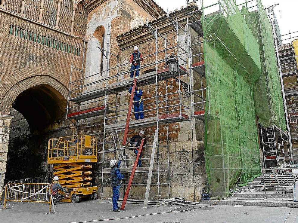 Los operarios procedían el viernes al montaje de los andamios en la fachada principal.