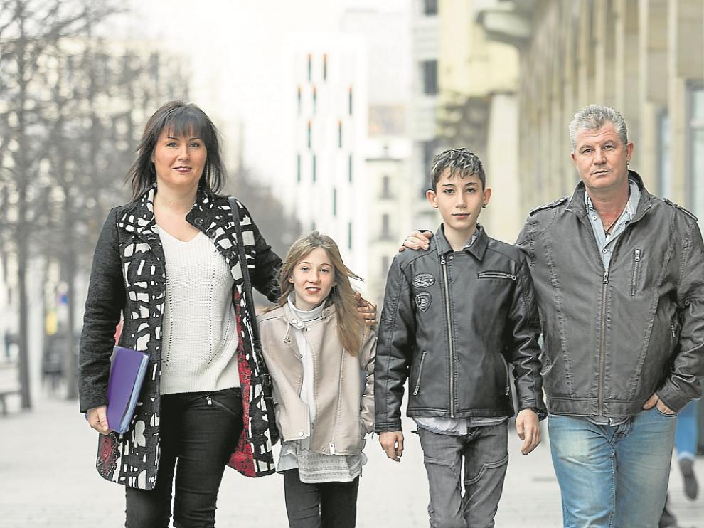 Adrián, junto a sus padres Elena y Pedro Miguel y su hermana Nayara.