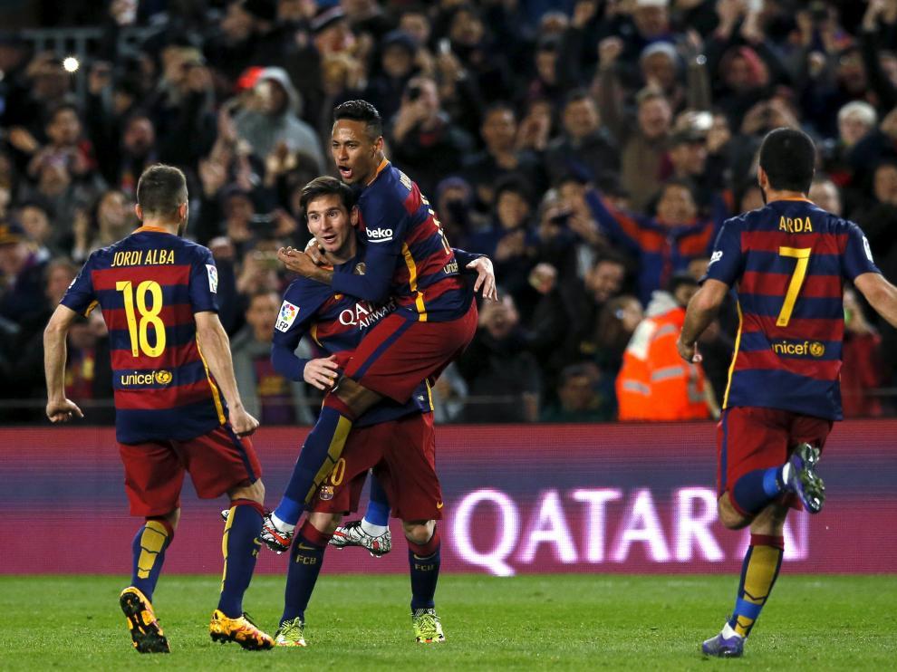 Los jugadores locales celebran un gol.