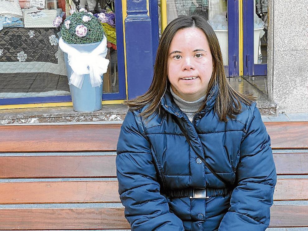 Alba María Gracía, usuaria desde hace 25 años, en el Coso de Huesca.