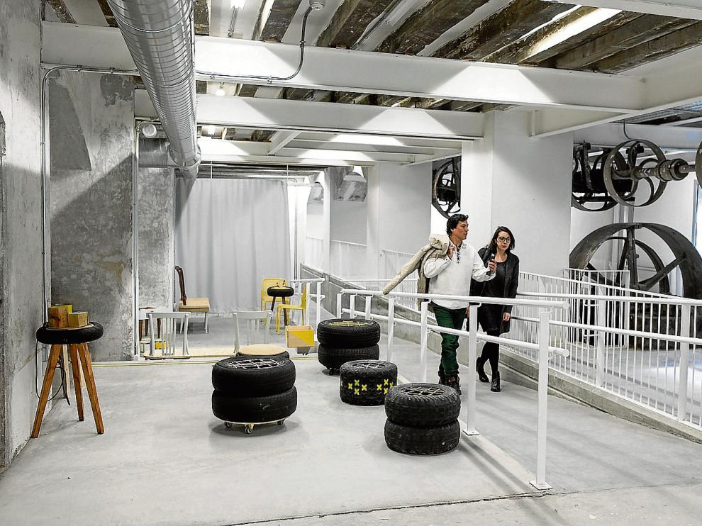 Mariano Barona y Aitana Enciso, del colectivo Llámalo H, en parte del espacio recuperado de la Harinera.