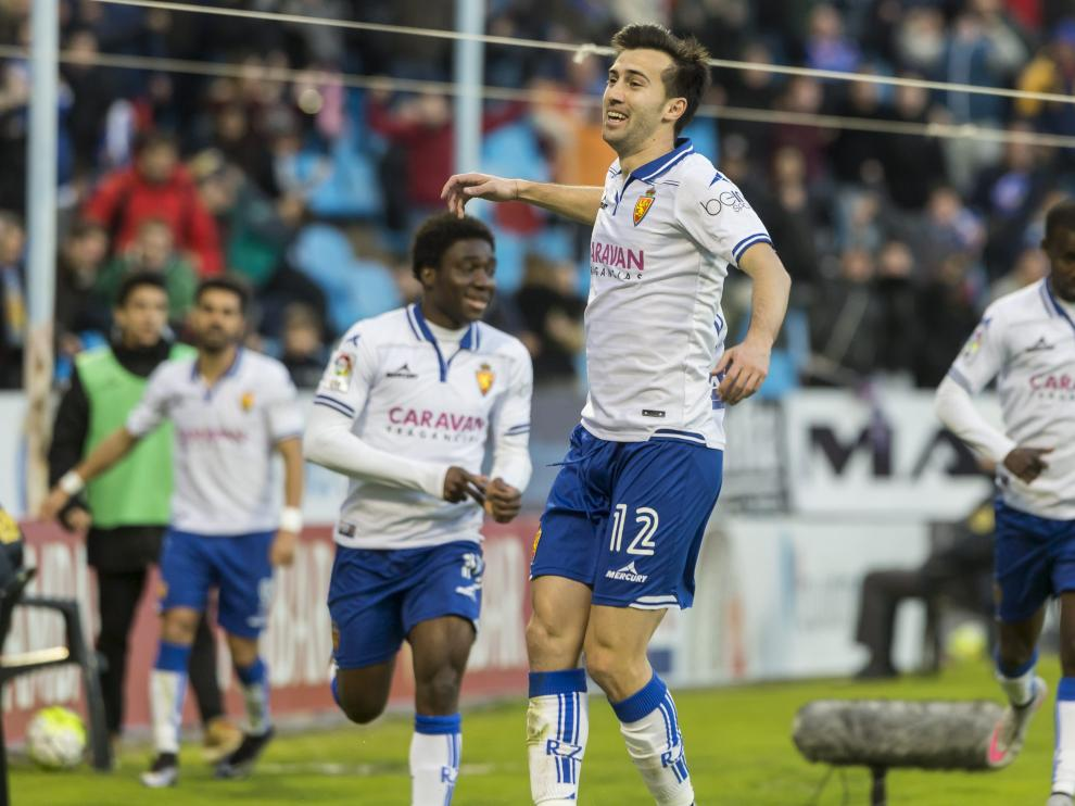 Manu Lanzarote encabeza la celebración del 2-1, que él anotó con en una bella acción en el área.