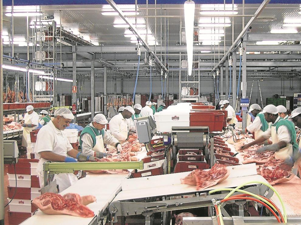Trabajadores en la sala de despiece de porcino en Fribin, que se sustituirá por una nueva.