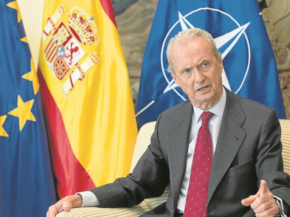 El ministro de Defensa en funciones, Pedro Morenés, en su despacho de Madrid durante la entrevista concedida el pasado jueves.