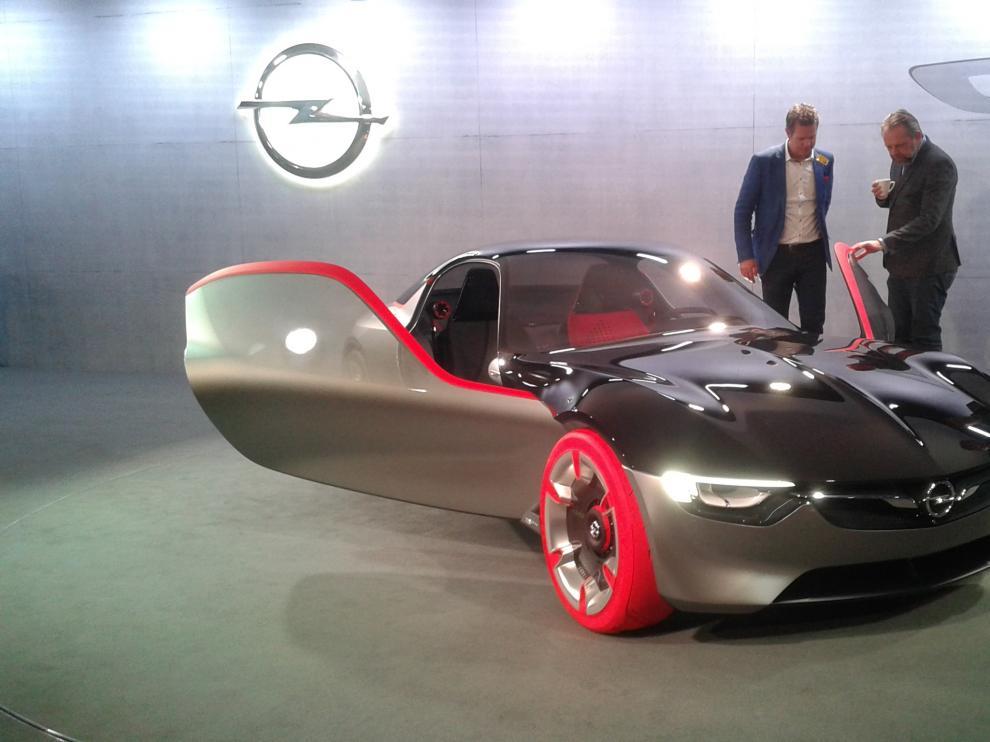 El nuevo vehículo de concepto GT de Opel presentado en la ciudad suiza de Ginebra, ayer.