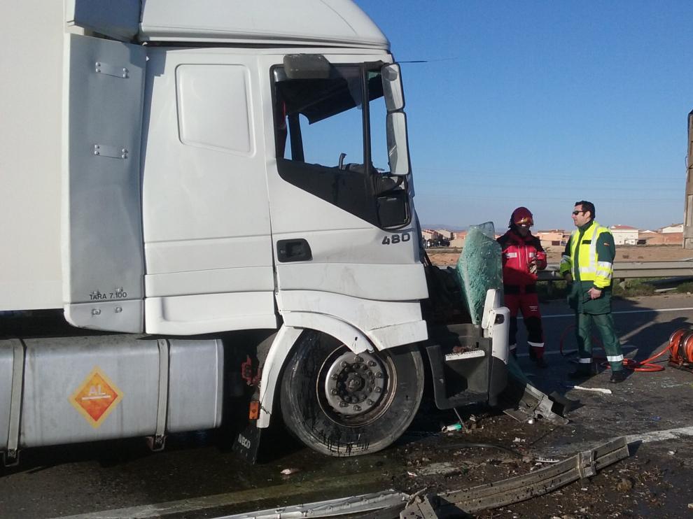 Así quedó uno de los camiones tras el choque.