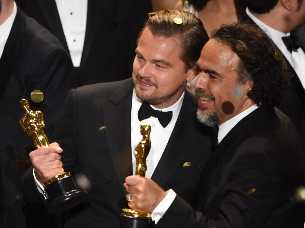 DiCaprio e Iñarritu posan con sus respectivos premios a mejor actor y mejor director
