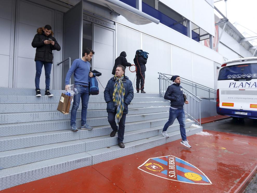 Los jugadores de la SD Huesca abandonaron El Alcoraz el sábado pocos minutos después de hacerse oficial la suspensión.