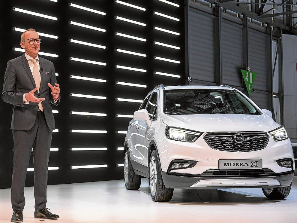 Neumann, presidente y consejero delegado de Opel, junto al nuevo Mokka X presentado ayer en Ginebra.