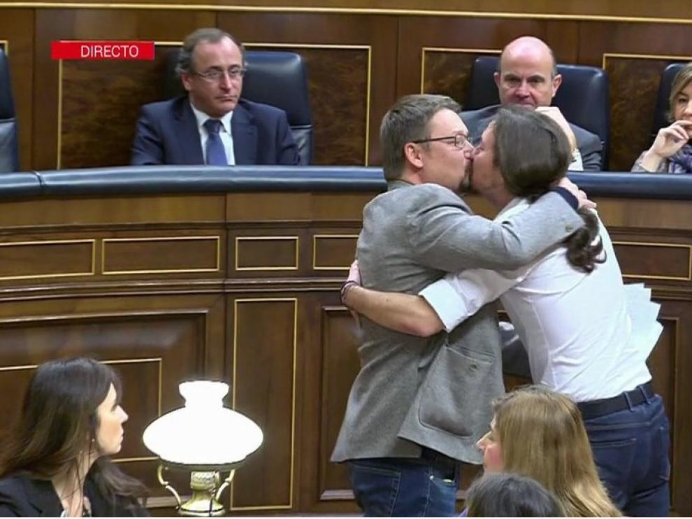 Han celebrado su estreno en la tribuna de oradores del Congreso con un efusivo abrazo y un beso en los labios.