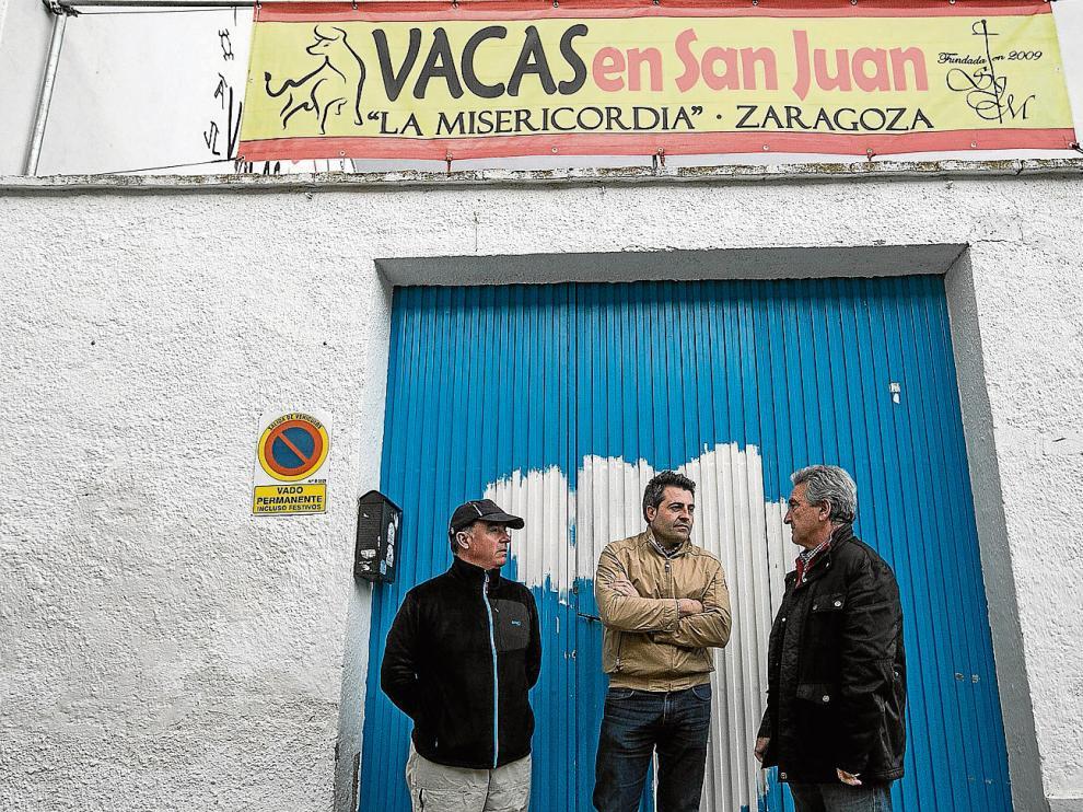 Juanjo Fernández, Alberto Gracia y Gregorio Cabanes, miembros de la peña 'Vacas en San Juan'.