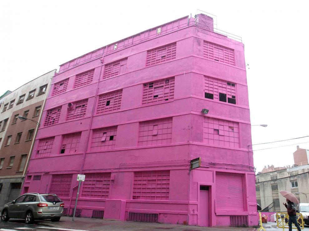 Un edificio de la calle Jaén de Bilbao ya luce de color magenta.