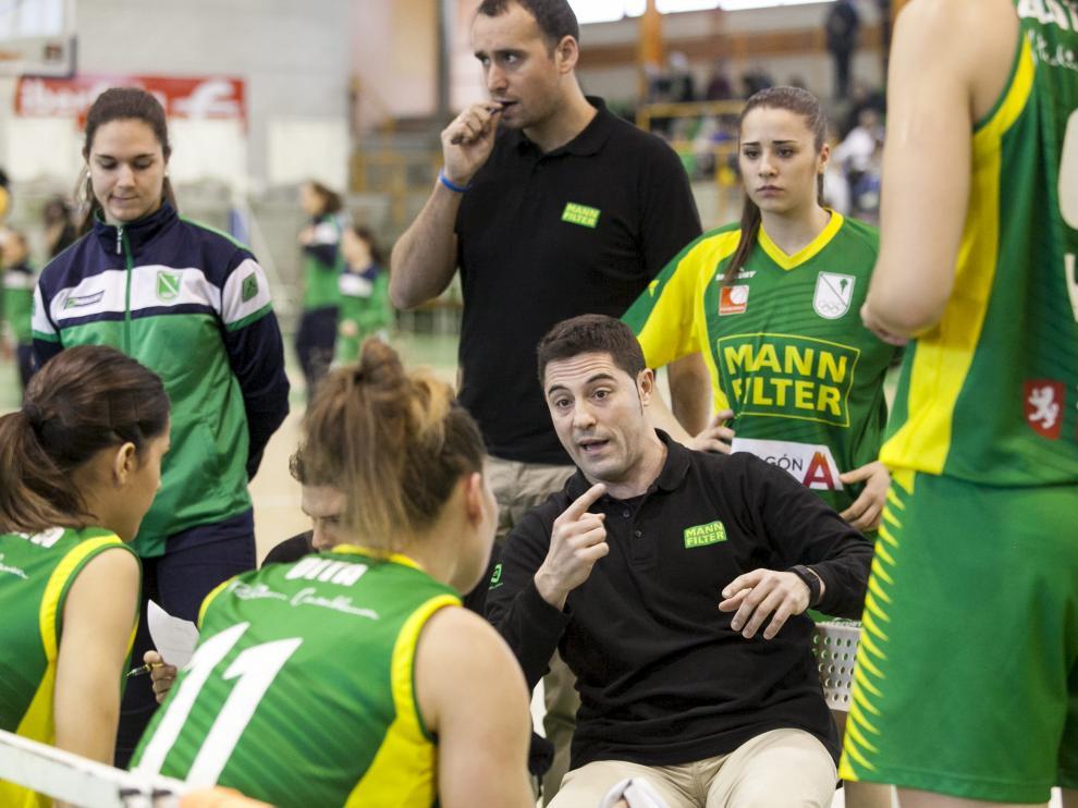 Victor Lapeña da instrucciones a sus jugadoras durante un partido