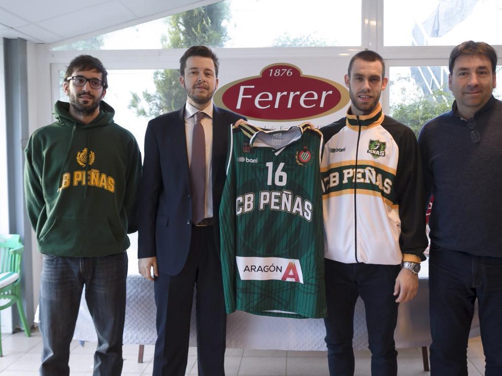 Steinarson, junto al presidente del Peñas, Antonio Orús, y el director deportivo, David Álvarez.