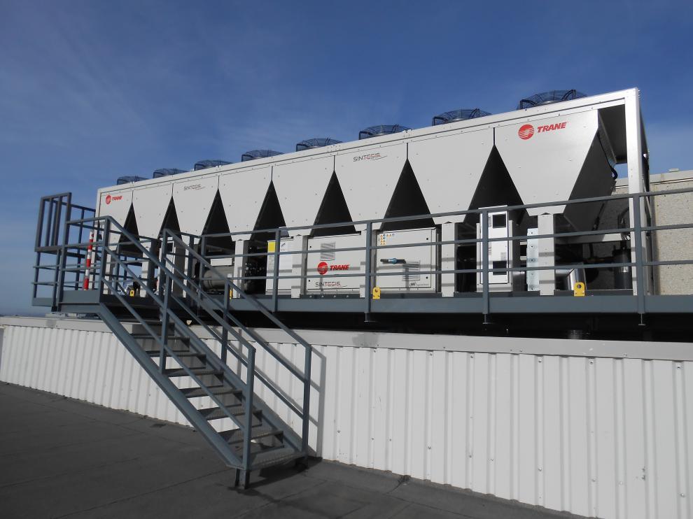 Máquina de climatización enfriadora aire-agua en la planta de Mann+Hummel Ibérica ubicada en Plaza.
