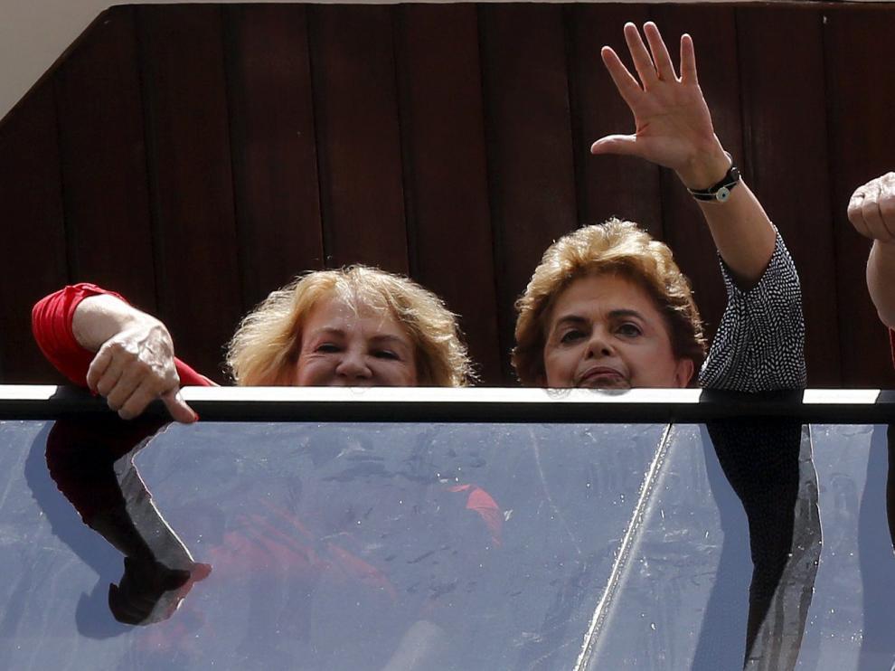 La presidenta Dilma Rousseff apoya a Luiz Inácio Lula da Silva durante un mitin en Brasil