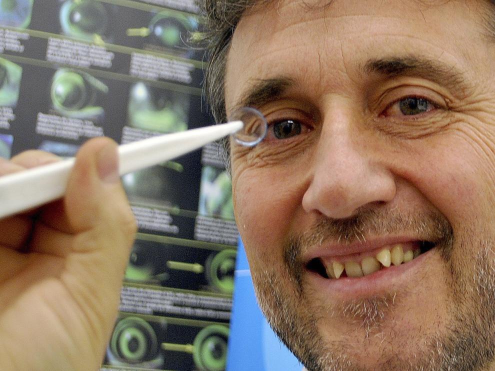"""El doctor de la UPC asegura que esta lente de contacto es """"especialmente beneficiosa"""" para los niños porque controla la progresión de la miopía."""