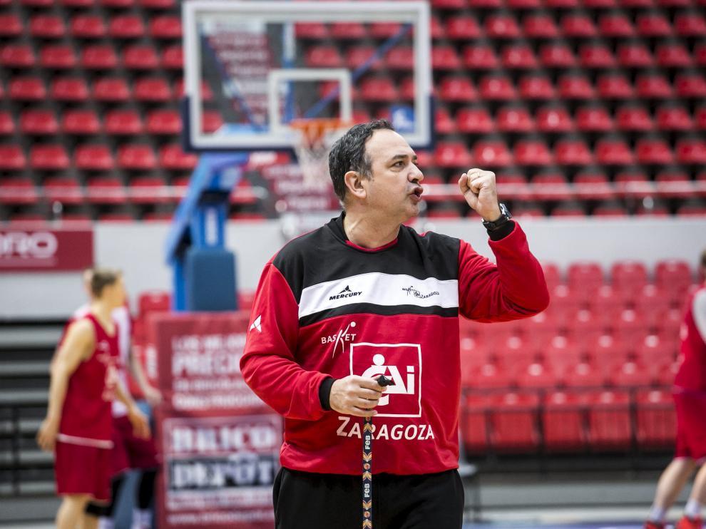El entrenador del CAI Zaragoza, Andreu Casadevall, durante un entrenamiento en el pabellón Príncipe Felipe.