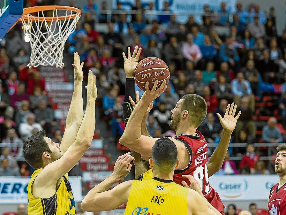 Jelovac ataca el aro del Iberostar Tenerife en el partido del pasado domingo.