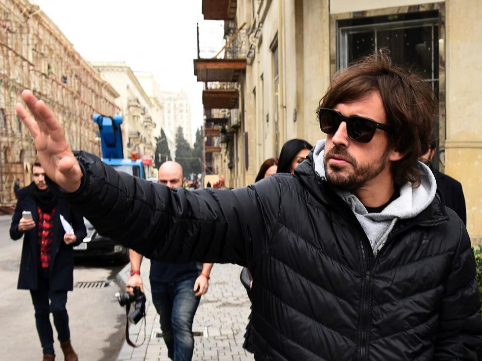 Fernando Alonso,  paseando por Baku este martes.