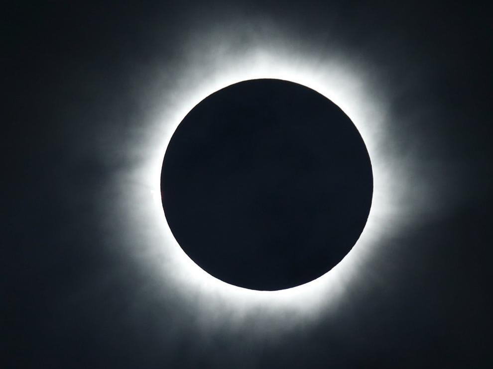Miles de personas asisten en Indonesia al único eclipse total de sol de 2016
