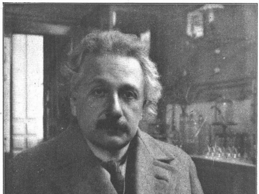 Einstein posa en el laboratorio del doctor Rocasolano en la Universidad de Zaragoza.