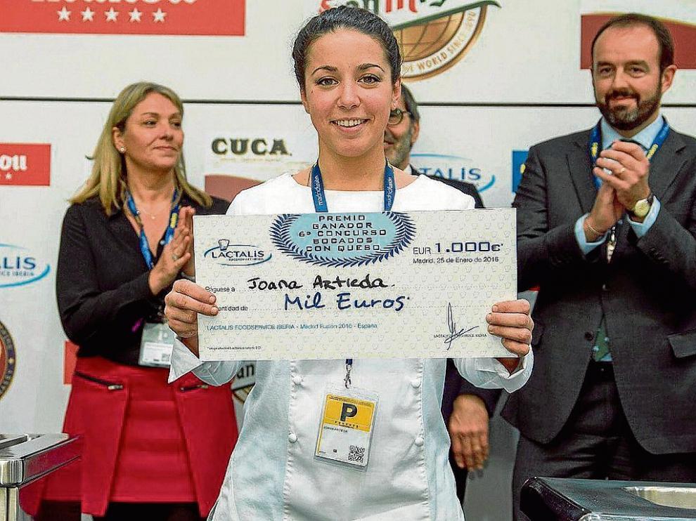 Joana Artieda, con el primer premio que obtuvo en el concurso de bocados con queso en Madrid Fusión.