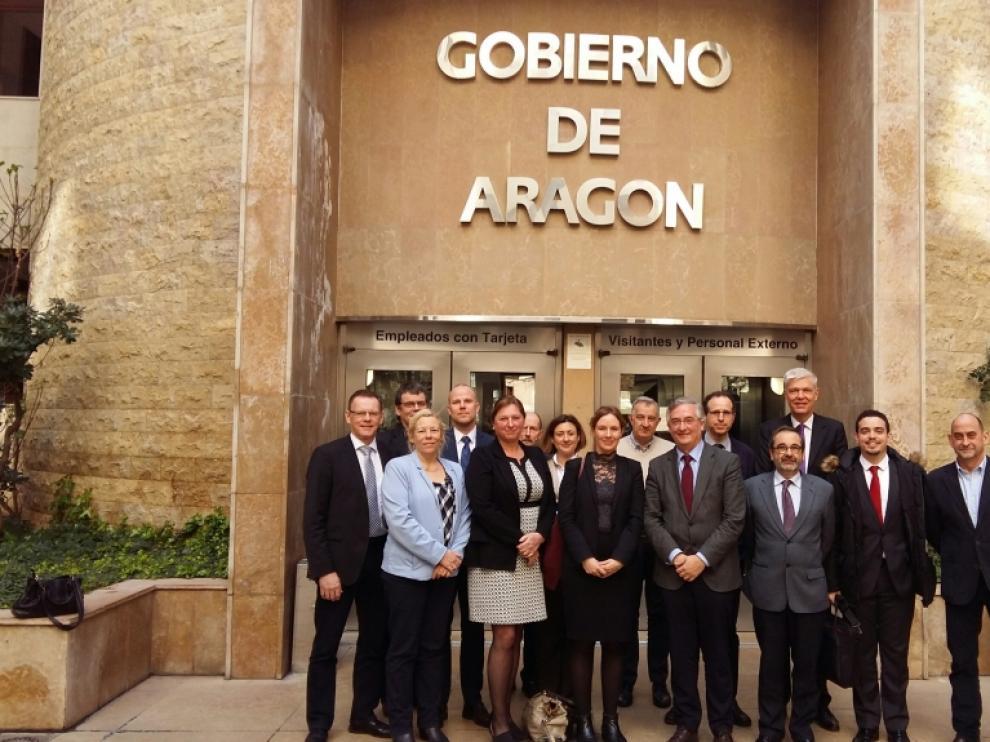 Foto de familia de la delegación danesa con miembros del Gobierno de Aragón.