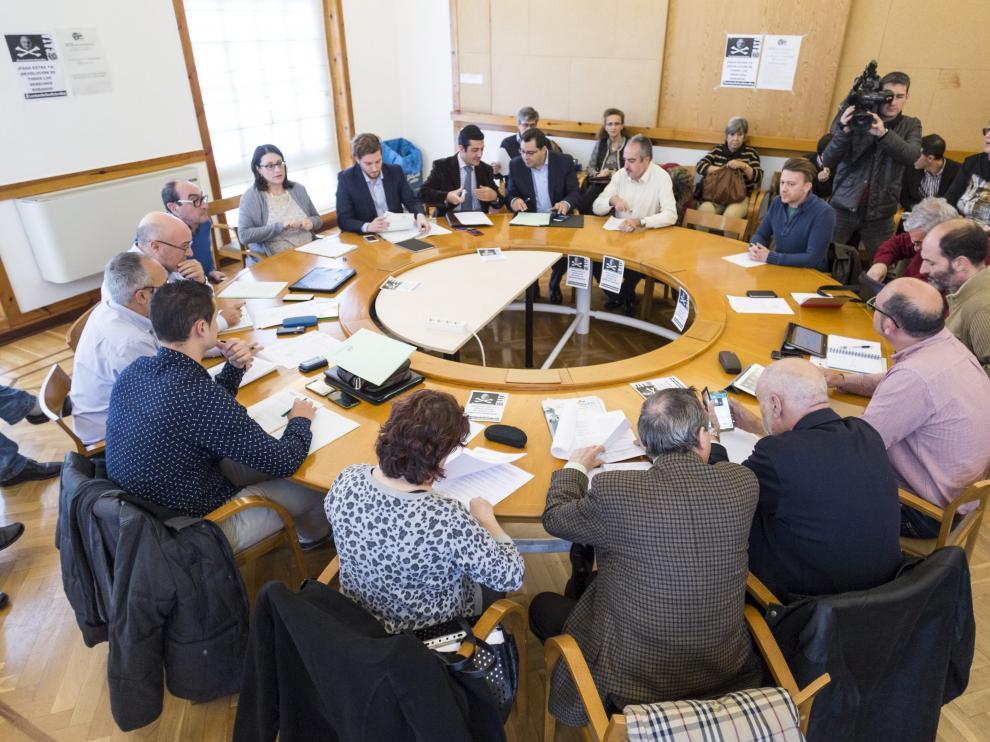 La Mesa de la Función Pública. Los representantes del Gobierno de Aragón negociaron el pasado 26 de noviembre en la Mesa de la Función Pública (en la imagen) la devolución de la extra de 2012. Ese acuerdo lo rubricaron finalmente UGT y CSIF y se desmarcó