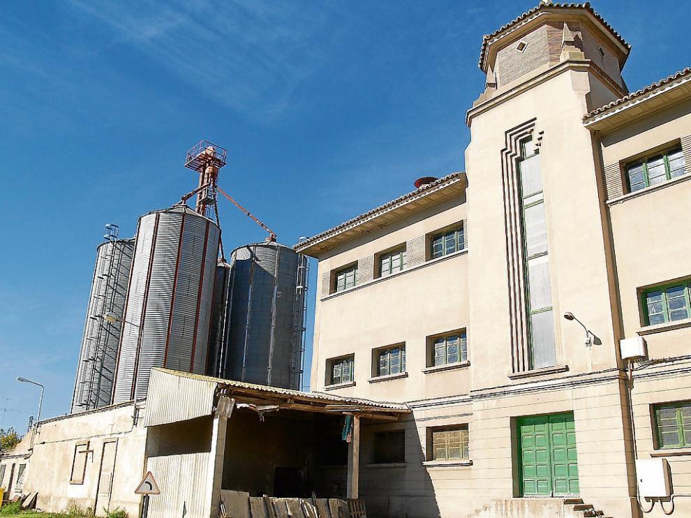Aspecto exterior de la harinera Monegros, que está situada en el barrio de la Estación de Sariñena.
