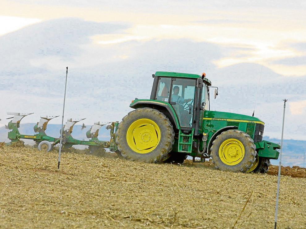 Un agricultor realiza las labores de preparación de la tierra para la siembra de maíz.