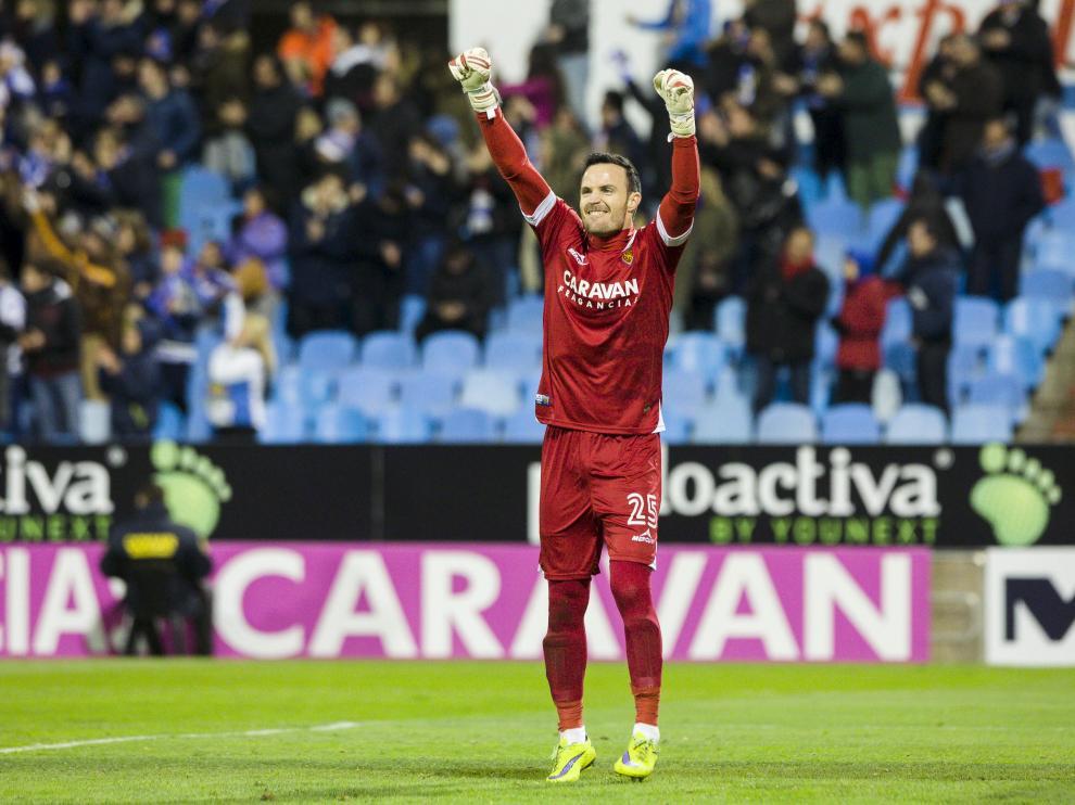 Manu Herrera, el portero del Real Zaragoza, celebra eufóricamente el gol del triunfo logrado ante el Albacete este sábado en La Romareda en el minuto 93.