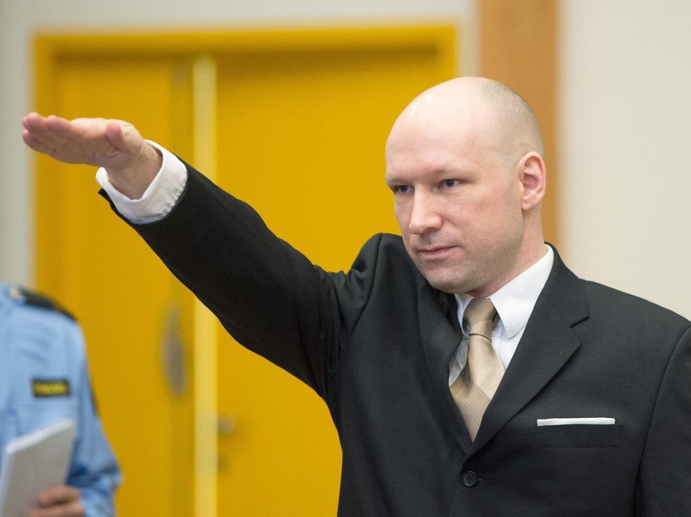 Breivik realiza el saludo nazi ante el tribunal que le juzga