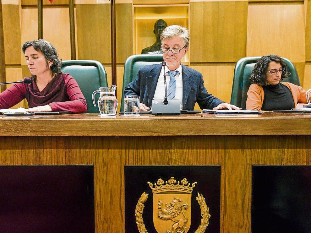 La vicealcaldesa Luisa Broto, el alcalde Pedro Santisteve y la concejal Elena Giner, en un pleno.