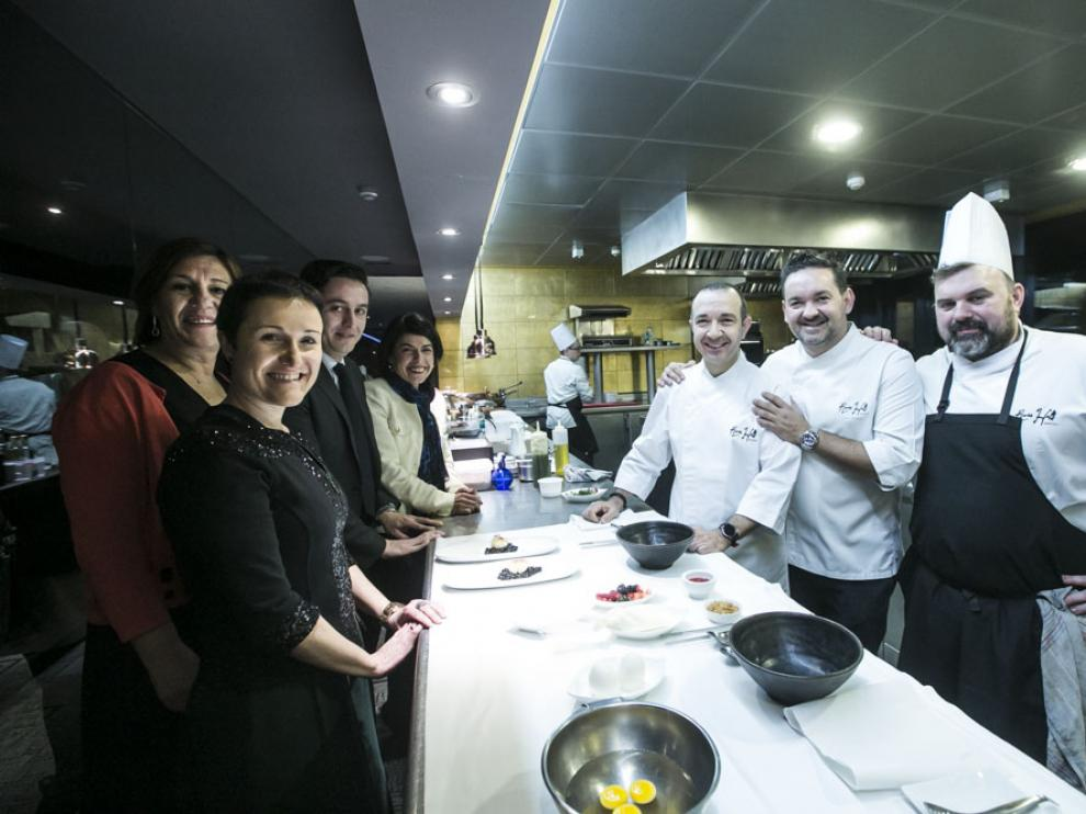 Isabel Baquedano, Charo Cenis, Eloy Ascaso, Raquel Baldellou, Iván Acedo, Raúl Marqueta y Óscar Rodríguez, en la cocina de River Hall.