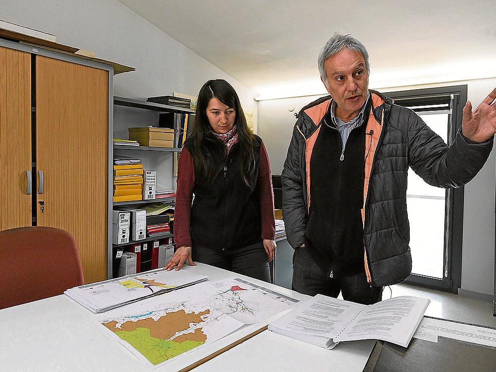 La alcaldesa, Esther Cereza, con Ramón Solana, uno de los arquitectos redactores del plan.