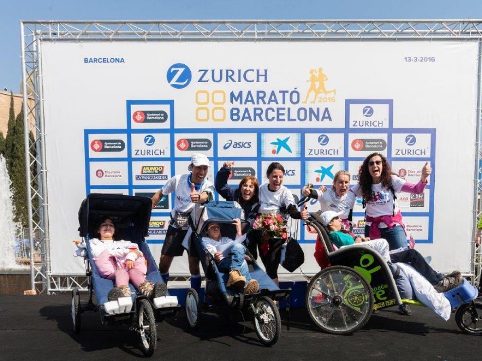 Los tres hermanos, en el podio solidario del Maratón de Barcelona.