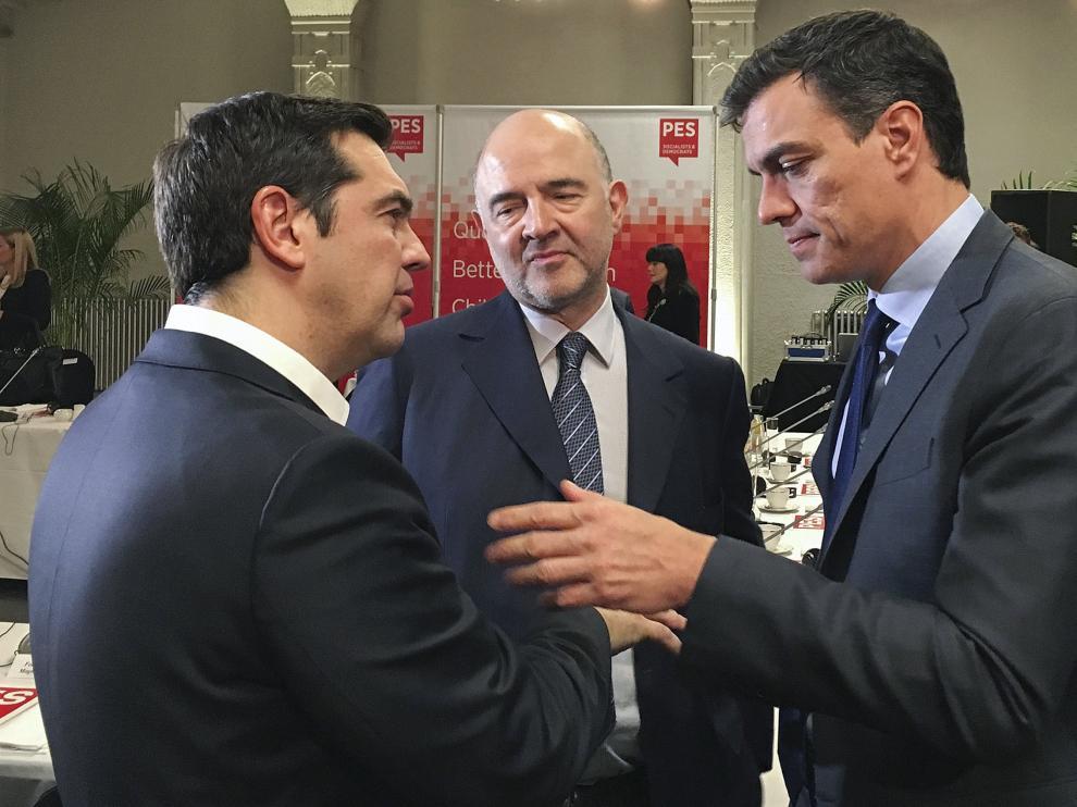 Pedro Sánchez durante su conversación con Alexis Tsipras.