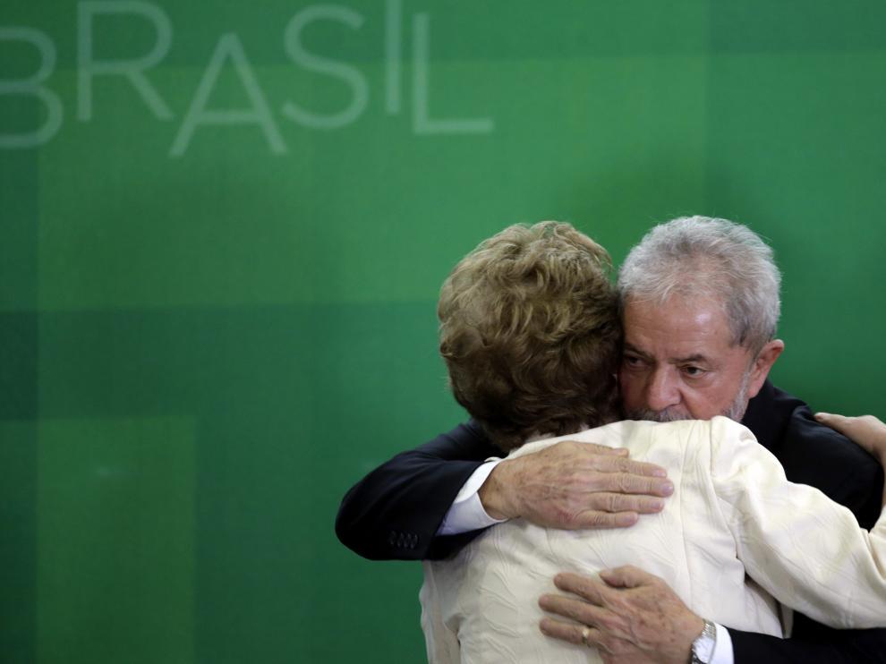 Foto de archivo de un abrazo entre Lula y Rousseff.
