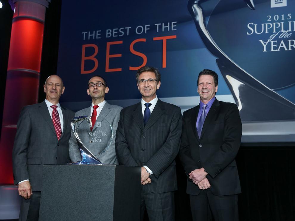 Paco Caro, director de Operaciones de CEFA, y Carlos Baratto, de Ingeniería de CEFA –en el centro– reciben  el premio de manos de Tom Macmillen y Robert Reuter, jefes de Compras de Interiores e Ingeniería de GM.